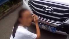 美女在高速上停车,交警站在身后看她作专心操