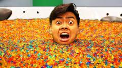 国外小哥奇葩恶搞,用1000万颗水宝宝泡澡,出浴
