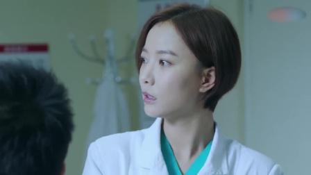患者嘴肿的厉害,美女医生一点也不着急,还和