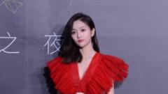 吴宣仪一身红裙赴时装之夜 美腿白皙超吸睛