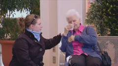 国外恶搞:老太太情绪不好,男子安慰的方式吓