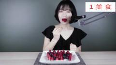 美食,ASMR情人节特辑 美女吃心型草莓蓝莓拼盘