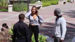 国外恶搞:美女街头找男朋友,路过的小伙回答