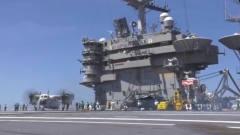 军事:忙碌的美军航母甲板,除了各种飞机地勤