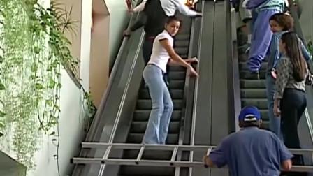 国外恶搞:老头横着梯子上扶梯,对面路人慌忙