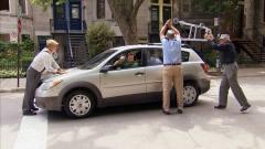国外恶搞:开车一定要尊重老年人,这就是不规