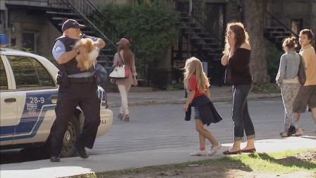 国外恶搞:车下捡球却被狗咬,旁边美女快吓尿