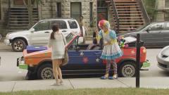国外恶搞:小丑请美女上车,妹子刚进车就被这