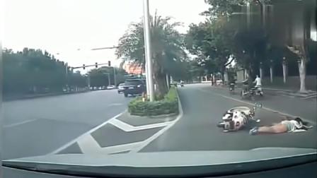 短裙美女骑电动车一时不慎跌倒,谁知却被后车