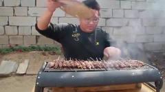 农村美食:小伙做烤羊肉串,买了3斤羊肉加辣椒