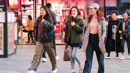 三里屯街拍:三两好友相约逛街,她们的气质和