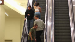 国外恶搞:看到美女在电梯上健身,这几个男人