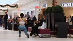 国外恶搞:美女在公共场合做出这样的动作,旁