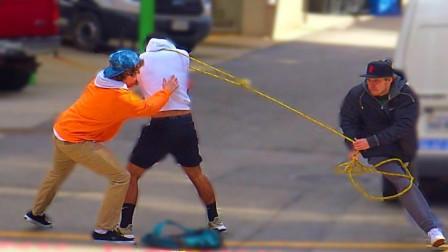 国外街头爆笑恶搞系列!小哥竟用绳子捆住路人