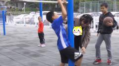 小短腿恶搞小学生玩个游戏,小弟弟被下套了还