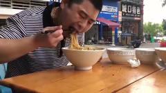 农村美食:超小厨吃两豌杂酱面,配1碗青菜1碗汤