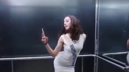 美女在电梯自拍,不小心撑破了裙子
