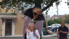 国外街头爆笑恶搞!小哥假扮外星人肆意乱为,