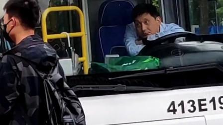 搞笑视频:这位司机大哥太可爱了,你的眼睛一