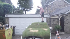把汽车变成高尔夫球场,老外恶搞亲儿子,结果