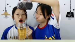 """俩女孩举杯互泼,趣玩""""恶搞啤酒杯"""",导演使"""