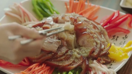 韩国美女吃猪蹄,切成薄片配上小菜,一口下去
