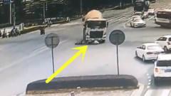 美女作死闯红灯,3秒后被泥罐车压入车底,监控