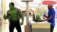 国外恶搞:收银员秒变绿巨人,男子吓坏了身后