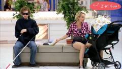 国外恶搞:漂亮少妇给孩子换尿布,盲人错拿当