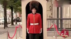 国外恶搞,美女撩皇家卫兵,不料卫兵最后忍不