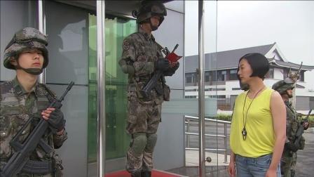 美女穿便装进部队被拦,谁知拿出证件守卫兵一
