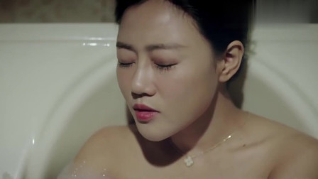 美女半夜洗澡,谁知突发意外!