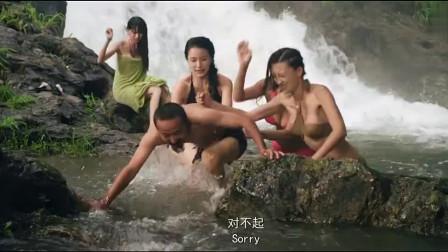 美女们河里嬉戏,猥琐男潜水抓美女,结果被暴