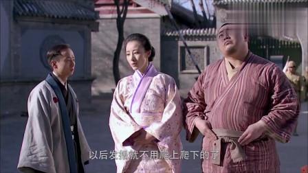 美女用日本国旗隐藏发报机天线,小鬼子还对着