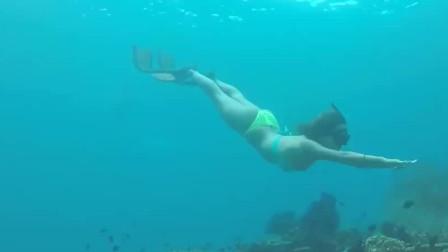 美女穿着比基尼海底自拍,这身材让人心动不已
