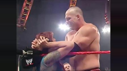 WWE:美女为救男朋友,甘愿下跪求情红魔凯恩,