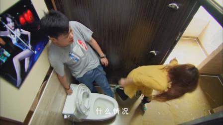 美女冲进男厕求救,下秒黑老大都追进来,小伙