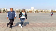 宫妙晴:大爷和美女齐跳鬼步舞舞步动感,《谁