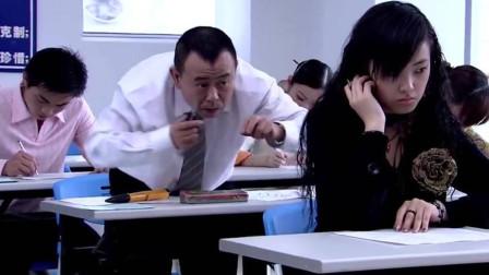 美女考试用耳机作弊,谁料碰到个奇葩,把她耳