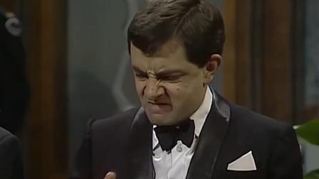 憨豆先生恶搞美女服务生,结果却悲剧了!笑死