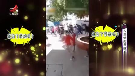 家庭幽默录像:食堂开饭,学生们竟跑出千军万