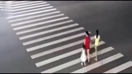 美女们走斑马线去路对面,监控拍下让她们家人