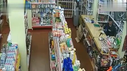美女正在商店买东西,监控拍下这样的不耻一幕