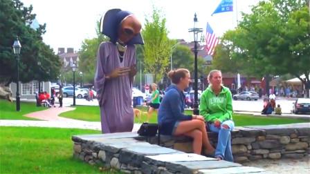 """美国人恶搞:假扮""""外星人""""站身后,美女一转"""
