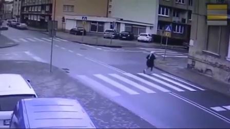 国外美女过马路, 两辆车突然一起向她驶来, 监控