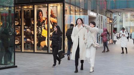 街拍:白色代表简洁和雅致,冬天三里屯时尚美
