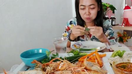 泰国美女很喜欢吃虾,把我也看饿了