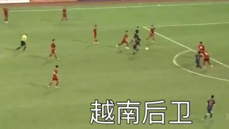 中国足球和越南足球的区别,一个在用生命挡,一个使劲躲