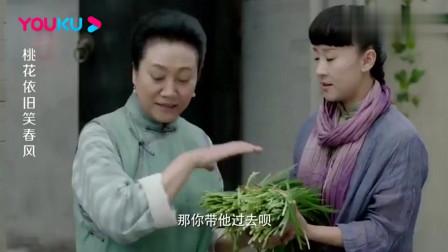 美女门口买韭菜,谁料买到一半买菜大叔掏出一