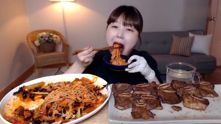 吃播:韩国美女吃货试吃辣拌火鸡面,配上一大